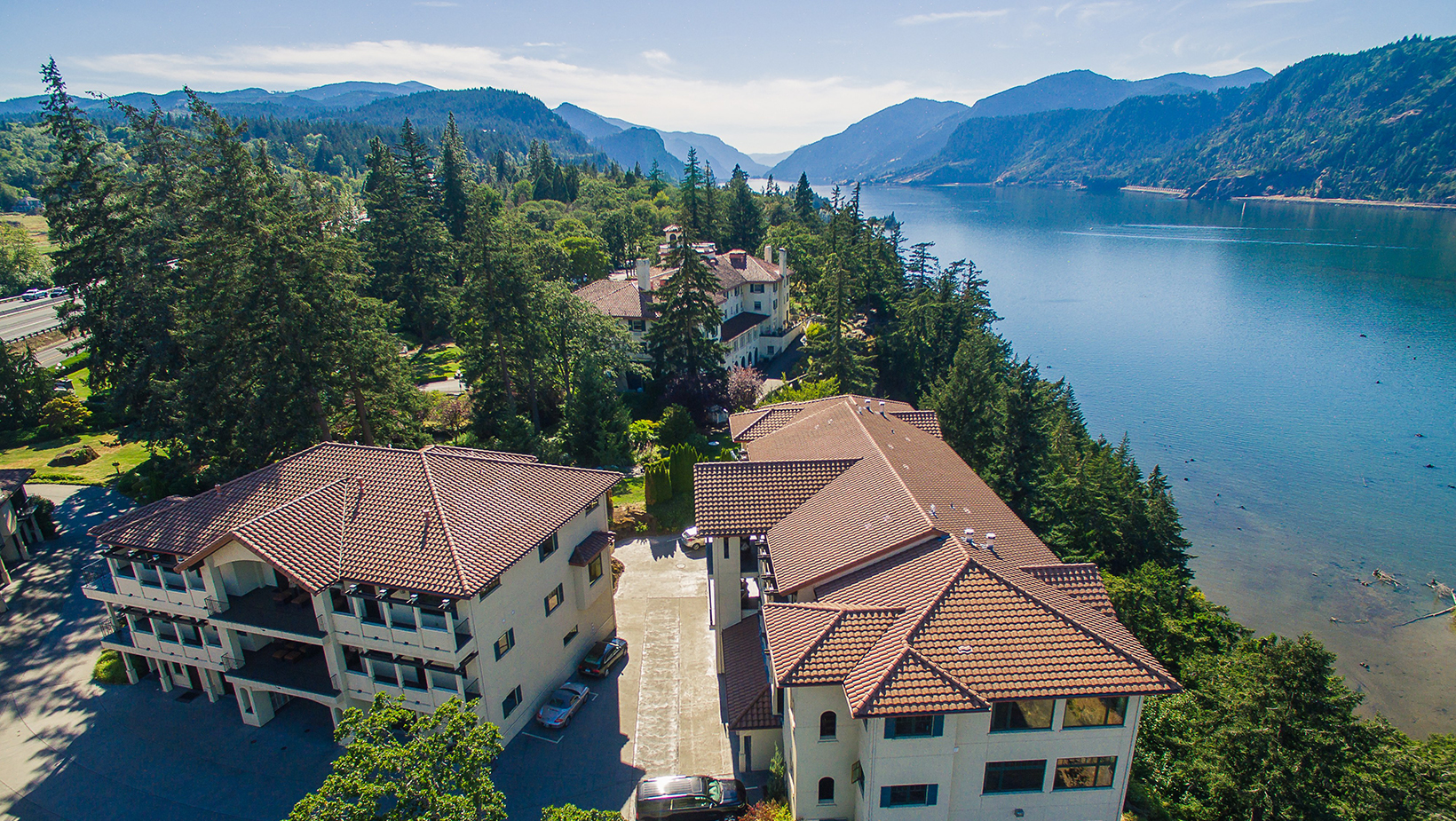 An amazing aerial view of a hotel on the cliffs of Hood River along the Columbia River Gorge